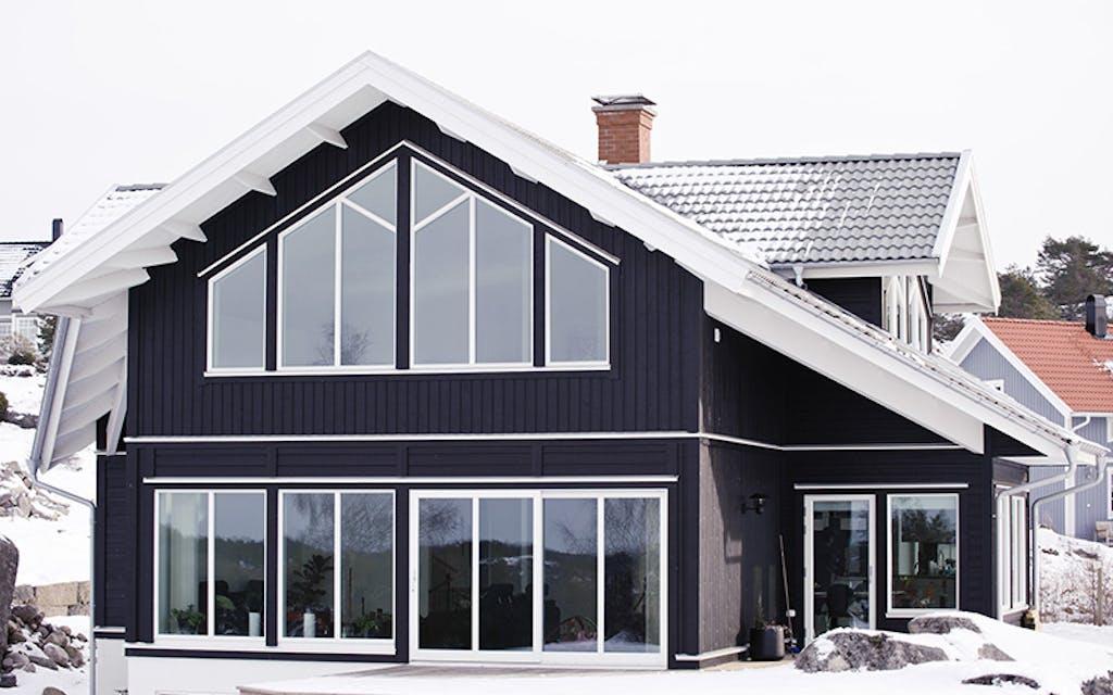 Svart hus med tilpassede vinduer