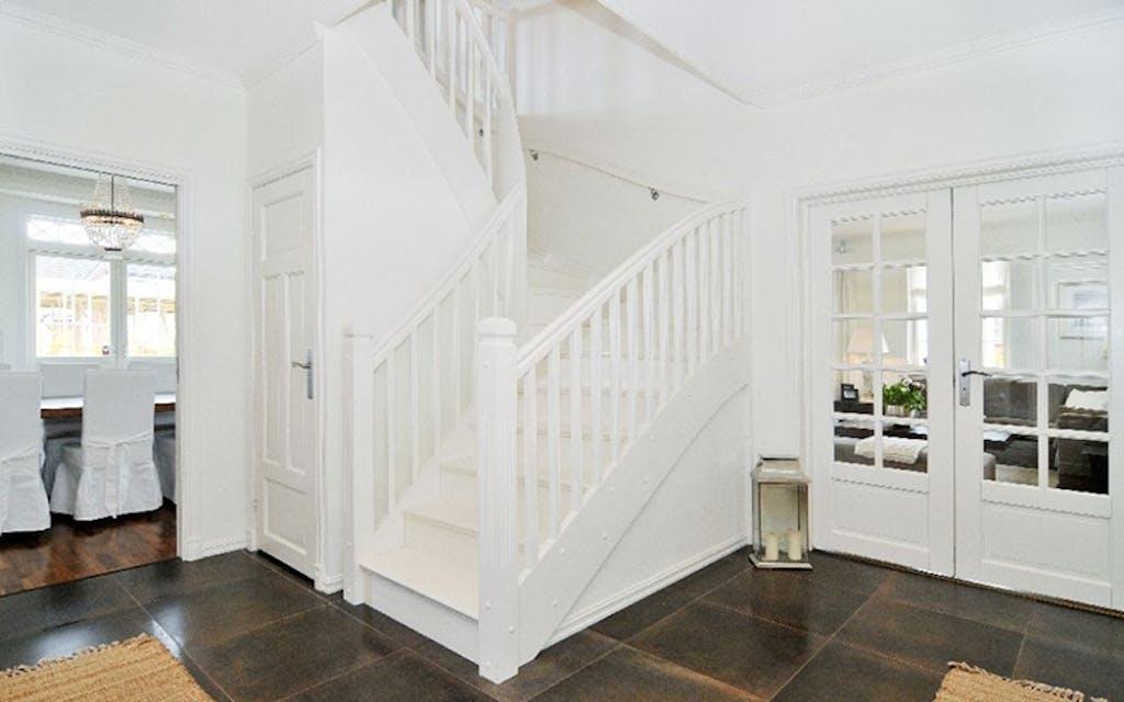 Entre med trapp og dører